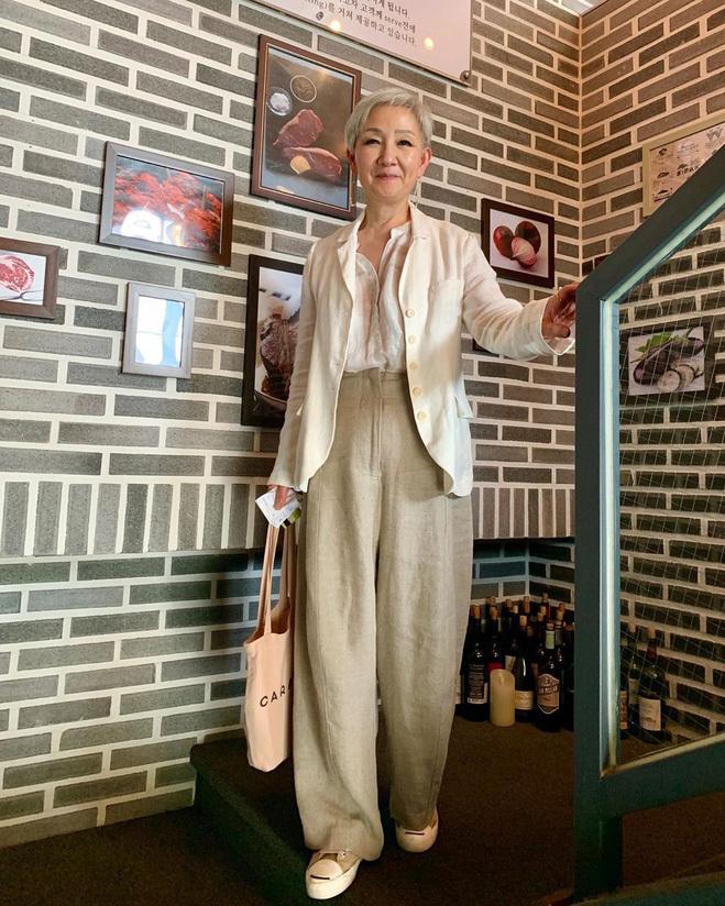 <p> Gam màu nude giúp bà Hyun Joo trẻ hơn so với tuổi. Những item đơn giản được bà mix khéo léo. Ở tuổi 70, hiếm thấy ai còn đi giày thể thao như bà.</p>