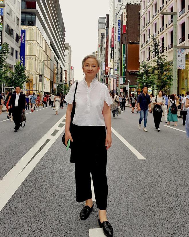 <p> Bộ đồ đơn giản khi đi dạo phố nhưng bà Hyun Joo vẫn tạo được điểm nhấn với đôi giày Oxford.</p>