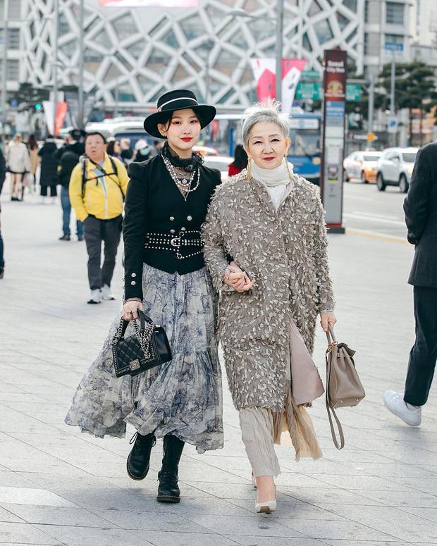 <p> Bà Hyun Joo có cô con gái Ha Young là beauty blogger với hơn 60 nghìn người theo dõi. Hình ảnh bà và con gái xuất hiện tại Tuần lễ thời trang Hàn Quốc gây chú ý. Hai mẹ con đều diện những trang phục thanh lịch nhưng vẫn thể hiện được cá tính.</p>