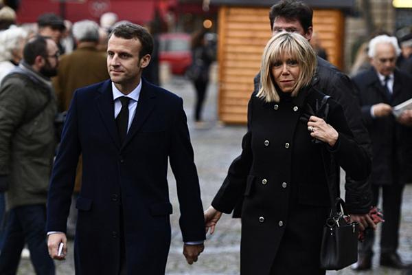 Emmanuel Macron và cô giáoBrigitte khiến cả thế giới ngưỡng mộ về chuyện tình đẹp.