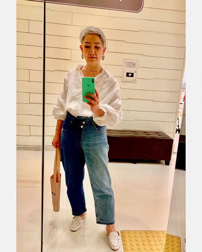 "<p> Bà Hyun Joo ""bắt trend"" quần jeans hai ống hai màu.</p>"