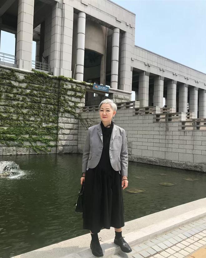 <p> Ở tuổi 70, hiếm tìm được cụ bà nào cá tính như vậy. Mix váy dài và áo vest sáng màu, bà Hyun Joo còn tạo thêm điểm nhấn với đôi mắt kẻ đen.</p>