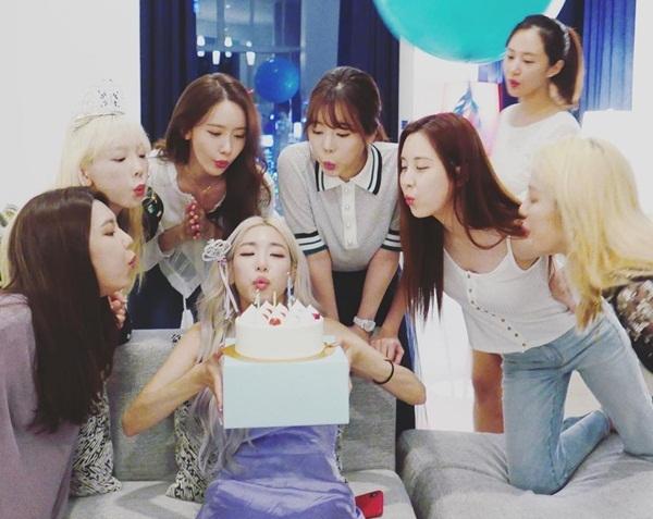 8 thành viên SNSD tụ tập tổ chức sinh nhật cho Tiffany và mừng 12 năm nhóm debut . Những hình ảnh hội ngộ của các cô gái khiến fan xúc động.