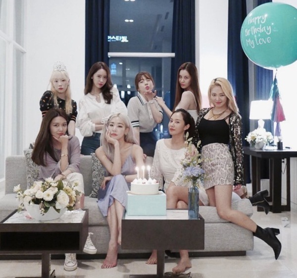 Do Tiffany đang hoạt động bên Mỹ, Seo Hyun và Soo Young rời SM chuyển hướng đóng phim, SNSD hiếm có cơ hội tề tựu đông đủ như thế này.