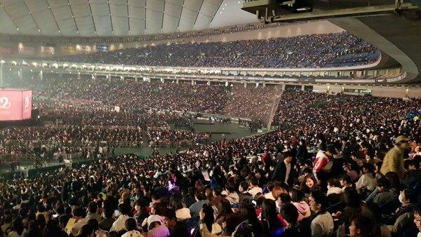 Quang cảnh khán đài tại concert Daydream của Twice.