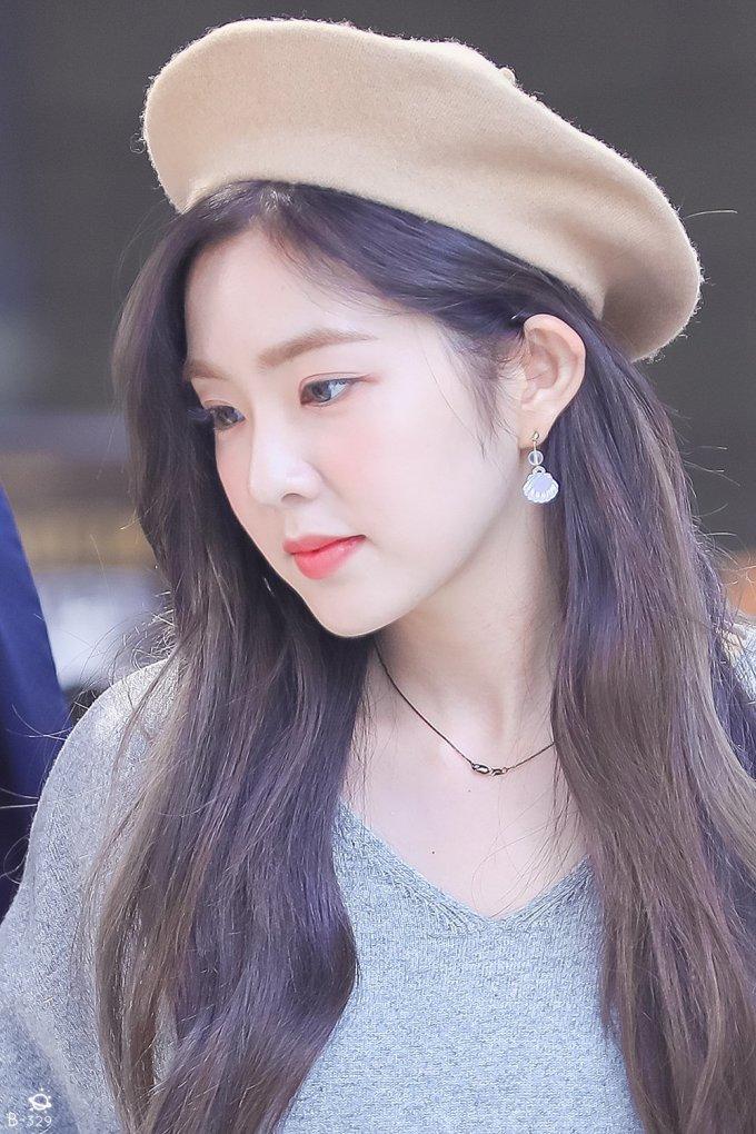 """<p> Irene được gọi là """"nữ hoàng mũ beret"""". Cô nàng diện mũ beret thường xuyên, từ sân khấu trình diễn, thời trang sân bay, dự sự kiện hay những buổi fansign.</p>"""