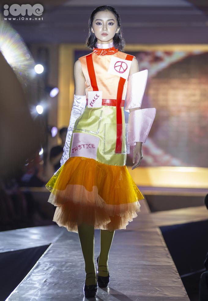 <p> Tối 2/8, CLB LaMode, trường THPT Hà Nội - Amsterdam, tổ chức buổi biểu diễn thời trang kỷ niệm 8 năm hoạt động.</p>