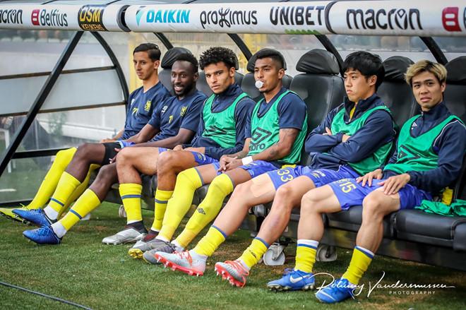 <p> Rạng sáng 3/8, Công Phượng (phải) cùng đồng đội tại Sint-Truiden làm khách trên sân Club Brugge ở vòng 2 Giải vô địch Bỉ. Tiền đạo số 15 có tên trong danh sách đăng kí nhưng ngồi ngoài dự bị. Ở trận ra quân, Phượng cũng dự bị và không được thi đấu phút nào.</p>