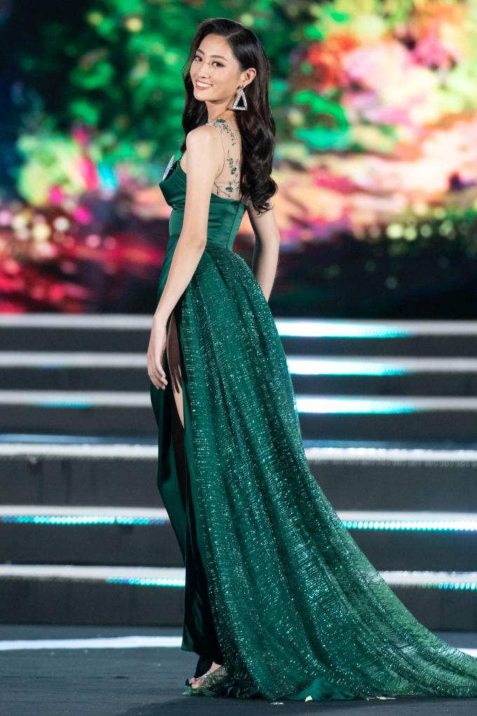 <p> Lương Thùy Linhsinh năm 2000. Cô cao 1,77m, nặng 57kg, số đo ba vòng 88-68-92 cm. Hiện tại, Thùy Linh là sinh viên Đại học Ngoại thương.</p>