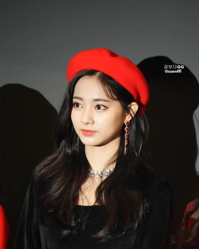 """<p> Tzuyu (Twice) cũng không thể vắng mặt trong danh sách này. Cô nàng sở hữu gương mặt """"đẹp không góc chết"""", diện phong cách nào cũng tỏa sáng.</p>"""