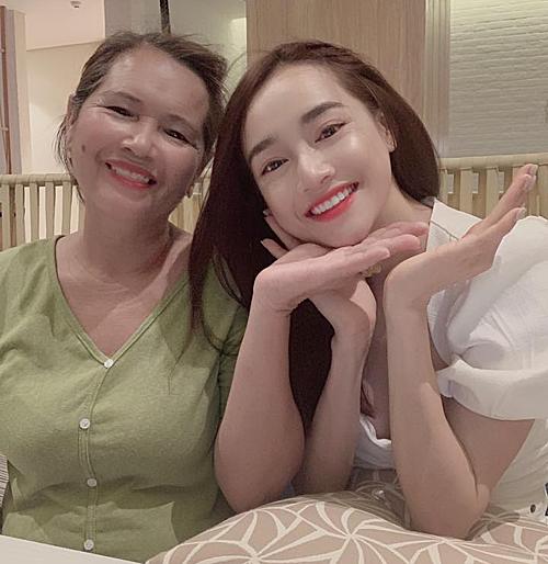 Nhã Phương và mẹ.