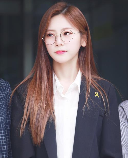 Một cái tên gây bất ngờ khác là JiU (Dream Catcher). Cô nàng không phải là một idol nổi tiếng đối với số đông khán giả, tuy nhiên vẫn nhận được 2.719 lượt bình chọn.