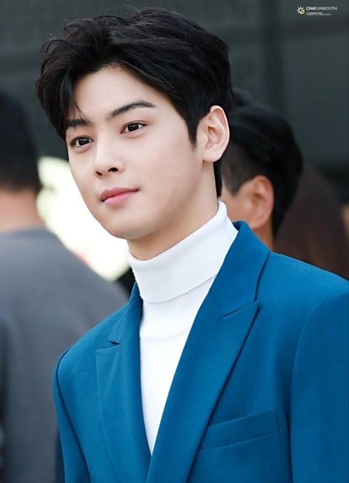 Vị trí thứ 3 thuộc về chàng trai bước ra từ truyện tranh Cha Eun Woo (ASTRO) với 10.271 số phiếu bình chọn. Anh chàng luôn có thứ hạng cao trong những BXH nhan sắc nhờ gương mặt được xem là quốc bảo đối với khán giả Hàn Quốc.