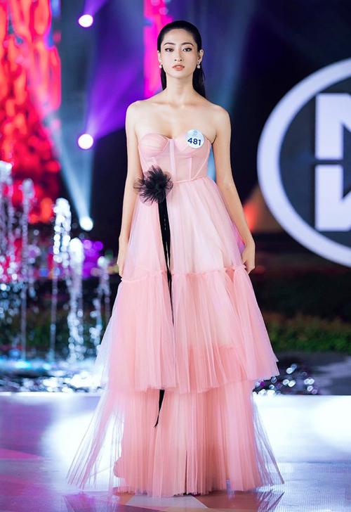 Trong phần thi Top Model của Miss World Việt Nam 2019, tân Hoa hậu Lương Thùy Linh từng nhận được nhiều lời khen khi khoe dáng trong bộ đầm hồng pastel. Thiết kế cúp ngực xòe bồng giúp người đẹp 10x vừa gợi cảm, vừa ngọt ngào.
