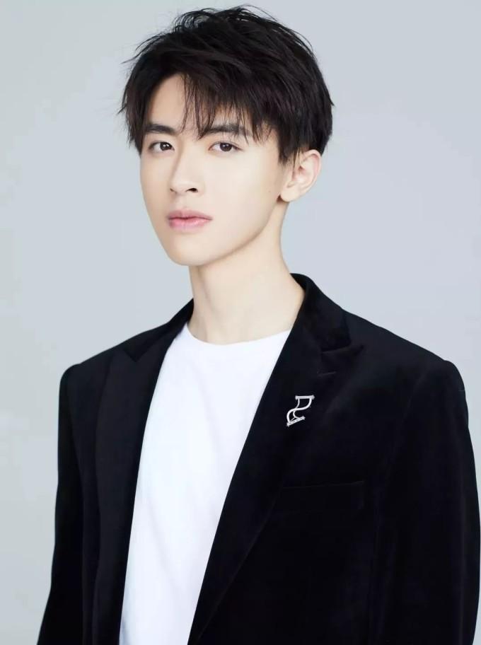 <p> Trương Dật Kiệt (2/9/1999) bắt đầu đóng phim năm 11 tuổi. Anh chàng ký hợp đồng với công ty của biên kịch - nhà sản xuất Vu Chính, được biết đến qua các vai diễn trong <em>Cổ kiếm kỳ đàm, Thần điêu đại hiệp </em>2013.</p>