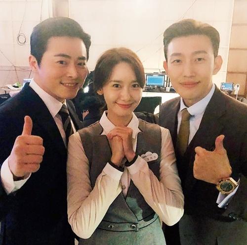 Yoona cùng 2 bạn diễn Jo Jung Suk (trái) và Kang Ki Young mừng phim điện ảnh EXIT đứng đầu phòng vé Hàn tuần qua.