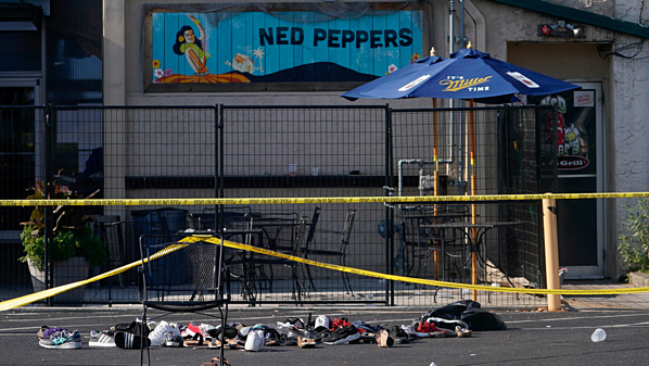 Những chiếc giày chất đống bên ngoài hiện trường vụ xả súng gần quán bar Ned Peppers ở Dayton. Ảnh: Reuters.