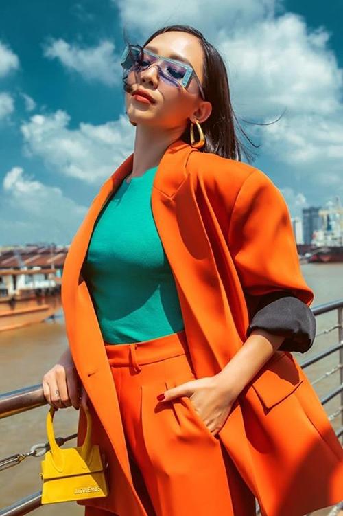 Mẫu màu vàng nổi bật được sao Việt yêu thích hơn cả. Nhờ kiểu dáng nhỏ gọn xinh xắn, túi có thể kết hợp với mọi bộ trang phục từ bánh bèo như Midu cho đến cá tính như Tóc Tiên.