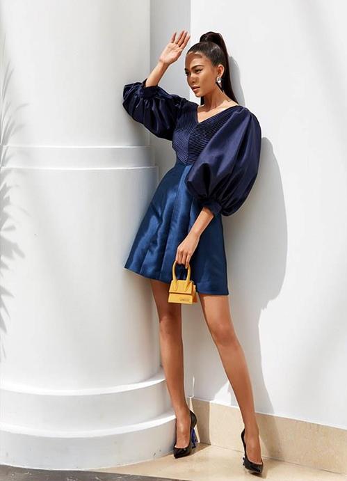 Khi kết hợp cùng trang phục màu sắc đối lập như Khánh Linh, Mâu Thủy, túi trở thành món trang sức làm điểm nhấn nổi bật.