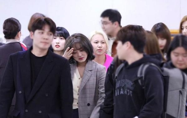 Ji Hyo khóc khi ra sân bay.