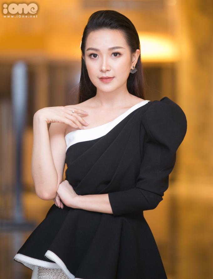 <p> Kim Oanh được khán giả truyền hình biết đến nhiều hơn sau vai Lan - nữ công nhân có tính cách trong sáng, đáng yêu trong phim<em>Những cô gái trong thành phố</em>. Mới đây, cô tái xuất màn ảnh với vai Lan - một cô gái tốt tính, bộc trực nơi văn phòng trong <em>Những nhân viên gương mẫu </em>- dự án phim mới nhất của VFC. Xuất hiện tại buổi họp báo chiều 5/8 tại Hà Nội, nữ diễn viên sinh năm 1993 diện trang phục dáng mullet phối cùng quần đính kết cầu kỳ của NTK Hà Duy.</p>