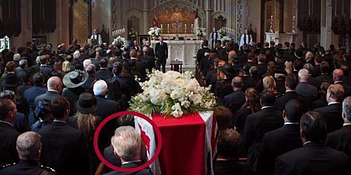 Nghi vấn người đàn ông tóc bạc trong đám tangPeggy Carter là Cap già.