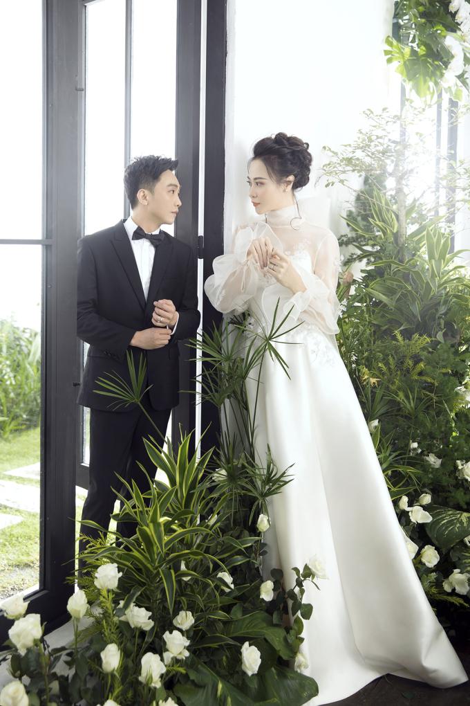 <p> Một tuần sau đám cưới với Cường Đô La, Đàm Thu Trang tung bộ ảnh diện chiếc váy cô giữ bí mật đến phút chót trong hôn lễ.</p>