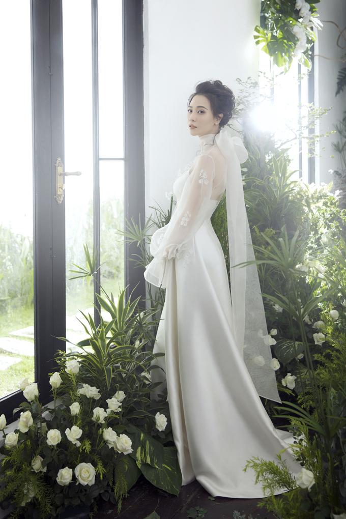 <p> Cô cho biết Cường Đô La rất thích hoa tulip, còn cô thích hoa linh lan, ý tưởng này được NTK Trần Hùng mang lên tác phẩm này. Trên bộ váy được gắn thủ công những bông hoa lụa kết hợp đá Swarovski.</p>