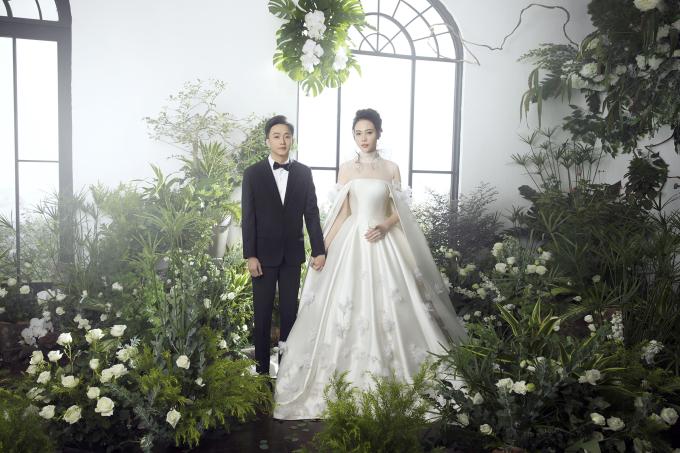 <p> Trong căn phòng hoa, Đàm Thu Trang nổi bật như một nàng công chúa tuyết bên cạnh ông xã.</p>