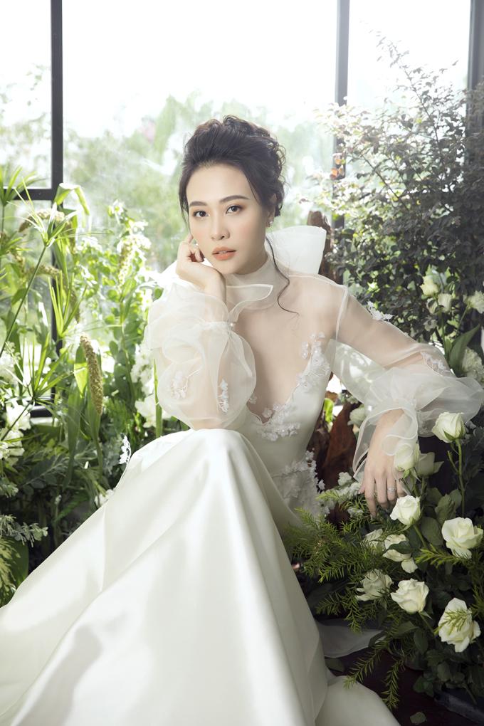 <p> Để làm nên một chiếc váy cưới vừa ý, Thu Trang và stylist Pông Chuẩn đã ngỏ lời với NTK Trần Hùng đặt may váy cưới cách hôn lễ một tháng.</p>