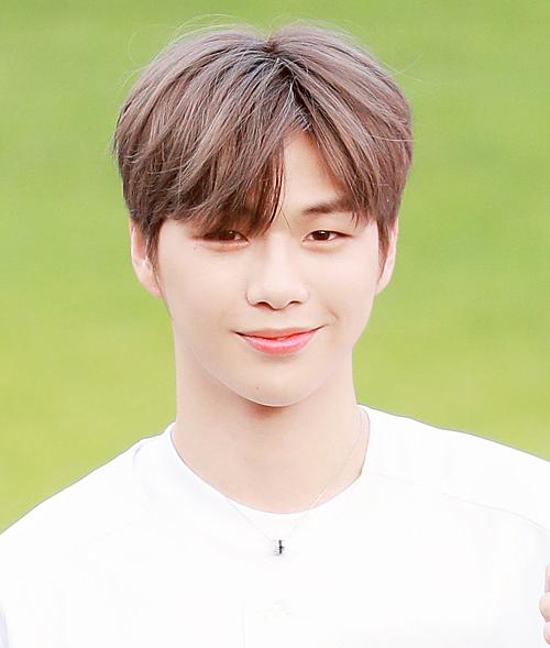 Kang Daniel là quán quân Produce mùa 2, cựu thành viên Wanna One. Anh có một lượng lớn fan tại Hàn Quốc cũng như nhiều nước châu Á.