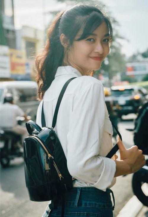 Thường ngày, cô nữ sinh Đại học Đà Nẵng rất hạn chế phấn son. Á hậu giữ được nét đẹp trẻ trung đúng tuổi vì không mi giả, má hồng... chỉ đánh chút son cho tươi tắn.