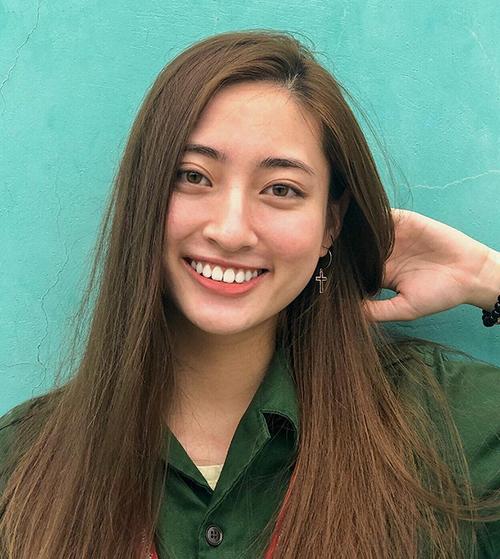 Trước khi đăng quang, Thùy Linh là một nữ sinh 10x bình thường. Trong các hoạt động thường ngày, cô gần như không trang điểm, chỉ tô chút son cho dung mạo tươi tắn hơn.