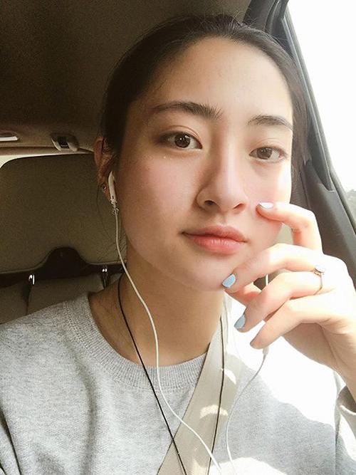 Tân Hoa hậu Thế giới Việt Nam 2019 Lương Thùy Linh có nhan sắc xinh đẹp cả khi không trang điểm. Để mặt mộc, người đẹp 10x vẫn nổi bật nhờ gương mặt cân đối, đôi mắt to tròn, sống mũi thẳng.