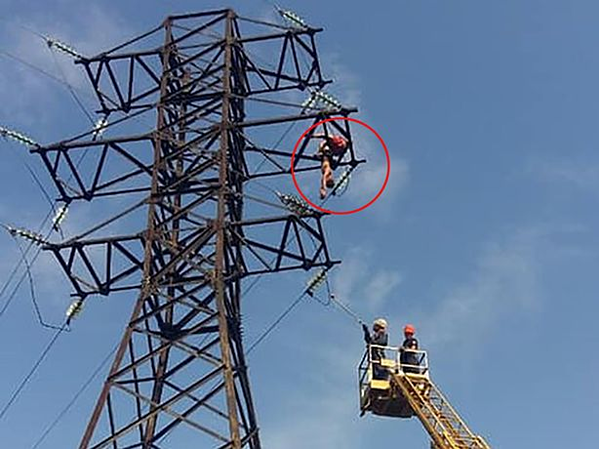 Thiếu niên được lực lượng cứu hộ hỗ trợ khi bị điện giật.