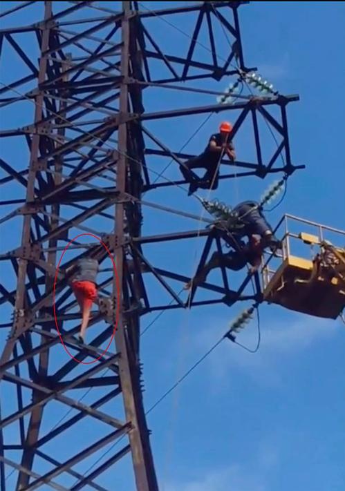 Nikolay Kompaniets trèo lên cột điện cao áp chụp ảnh tự sướng. Ảnh: East2west.