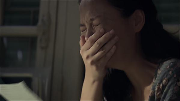 Huệ khóc nức nở khi biết bố bỏ đi.