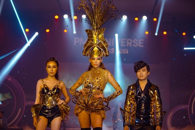 <p> Võ Hoàng Yến cùng 2 nhà thiết kế chào khán giả.</p>