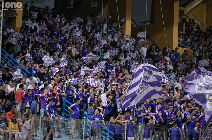 <p> 19h tối 7/8 trên SVĐ Hãng Đẫy diễn ra trận đấu giữa Hà Nội FC và Becamex Bình Dương trong khuôn khổ giải AFC.<br /><br /> Hội CĐV Hà Nội đến từ sớm, phất cao cờ và hô khẩu hiệu vang một góc khán đài.</p>
