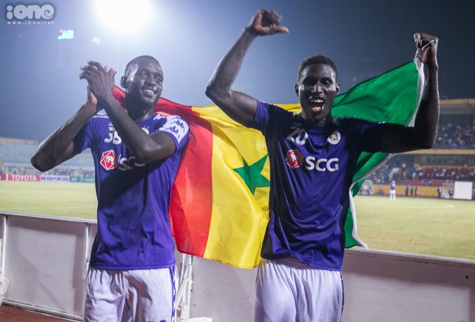 <p> Tiền đạo Pape Omar (phải) mở tỷ số cho Hà Nội FC ở phút thứ 61. Chân sút ngoại binh ăn mừng chiến thắng bằng cách giương cao quốc kỳ quê nhàSénégal.</p>