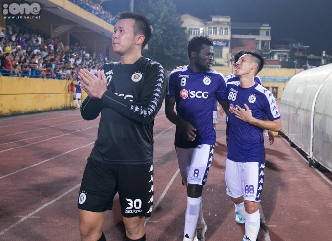 <p> Thủ môn Văn Công, Moses Oloya và Hùng Dũng đã có một trận đấu đáng nhớ. Lần đầu tiên một câu lạc bộ bóng đá Việt Nam đi đến vòng bán kết ở giải đấu châu lục.</p>