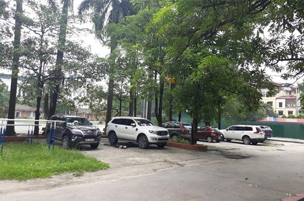 Hình ảnh bãi xe ký túc xá Học viện Báo chí & Tuyên truyền, nơi chiếc xe bus của trường Gateway, cóbé Long bên trong,đậu nhiều giờ trong ngày 6/8. Ảnh: Huyền Vũ.