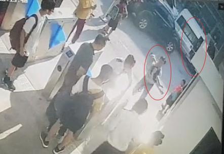 Long được bế vào phòng y tế trường từ chiếc xe màu trắng trong tình trạng đã cứng đờ. Ảnh cắt từ video trích xuất camera an ninh của trường.
