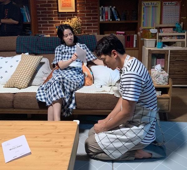 Rain cùng bạn diễn Lim Ji Yeon tập luyện cho cảnh quay trong Welcome 2 Life. Anh chàng hóa thân thành ông chồng tội nghiệp bị vợ phạt quỳ.