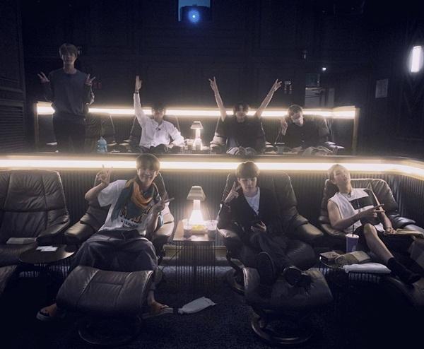 7 thành viên BTS thưởng thức bộ phim tài liệu âm nhạc về nhóm - Bring the Soul: The Movie - theo phong cách sang chảnh.