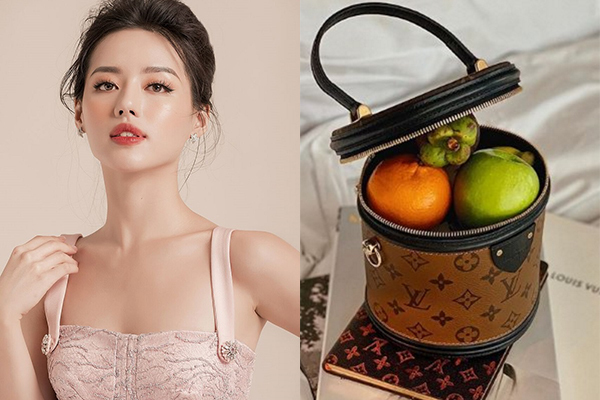 Khánh Linh cho rằng túi thì đựng gì chẳng được. Thế nên cô cũng chẳng ngại dùng túi hình trụ của Louis Vuitton giágiá 2.340 USD khoảng gần 54 triệu đồng.