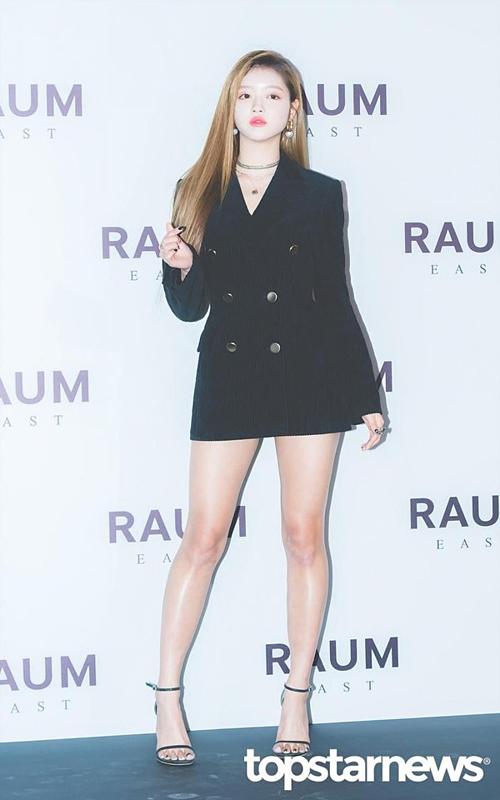 Những lần tham dự các sự kiện hay lễ trao giải, YooA đềuchiếm spotlight của các thành viên Oh My Girl bởi ngoại hình quyến rũ.