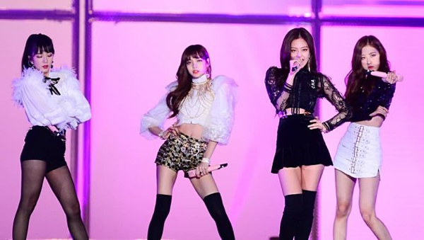 Một trong những sân khấu live ấn tượng nhất sự nghiệp của Black Pink chính là tiết mục So Hot Remix (Wonder Girls)tại SBS Gayo Daejun ngày 25/12/2017.