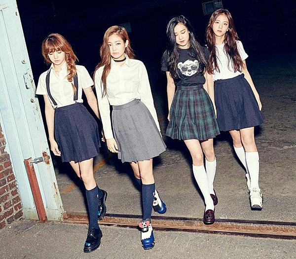 Tháng 7/2016, YG gây bão với loạt ảnh teaser về girlgroup mới. Black Pink từ những ngày chưa debut đã trở thành tâm điểm chú ý bởi ngoại hình xinh đẹp, phong cách cá tính cộp mác YG.