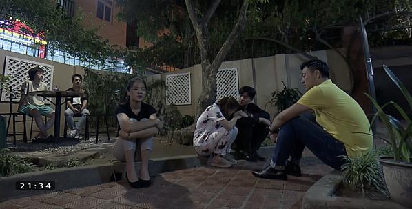Vũ - Quốc - Bảo bên cạnh ba chị em Huệ lúc ông Sơn bỏ đi.